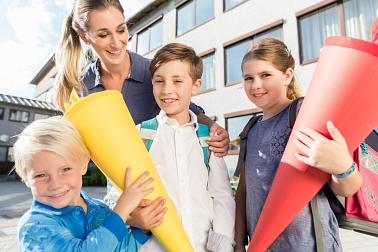 Kinder mit Schultüten