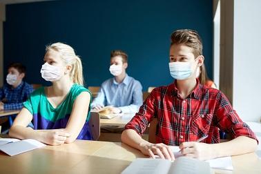 Schüler mit Maske 2
