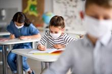 Schüler mit Maske 3
